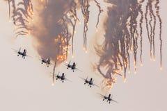Воздушные судн Sukhoi Su-27 воинских военновоздушных сил России выполняют аэробатик на рыцарях русского Airshow Стоковые Изображения RF