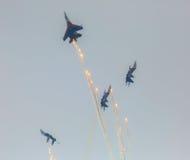Воздушные судн Sukhoi Su-27 воинских военновоздушных сил России выполняют аэробатик на рыцарях русского Airshow Стоковые Изображения