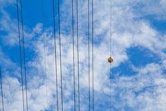Воздушные шарики отметки против облаков и bluesky Стоковые Фото