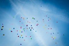 Воздушные шары высокие в небе Стоковые Изображения RF
