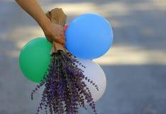 Воздушные шары в саде в руках ` s девушки в саде Стоковое Изображение RF