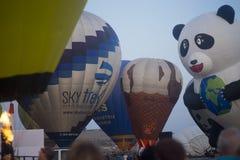Воздушные шары готовые для того чтобы принять перед восходом солнца Стоковые Изображения RF