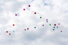 Воздушные шары летают в облака Стоковые Фотографии RF
