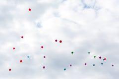 Воздушные шары летают в облака Стоковое Изображение