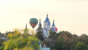 Воздушные шары летают над церковью видеоматериал