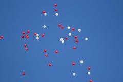 Воздушные шары летая высоко в голубое небо Стоковое Изображение