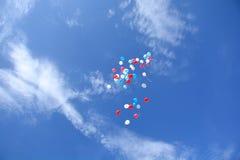 Воздушные шары, летая в небо Стоковые Фото