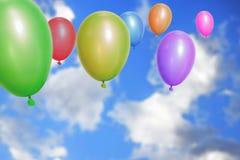 Воздушные шары летая через небо Стоковое Фото