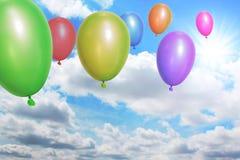 Воздушные шары летая через небо Стоковые Фотографии RF