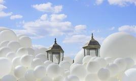 Воздушные шары летая через небо Стоковое Изображение RF