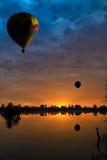 Воздушные шары на заходе солнца Стоковые Изображения RF