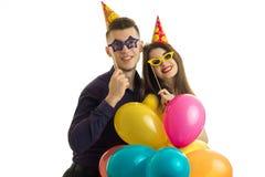 Воздушные шары нося красивых любящих пар и покрашенные стекла и усмехаться Стоковая Фотография RF