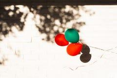 Воздушные шары партии против кирпичной стены Стоковое фото RF