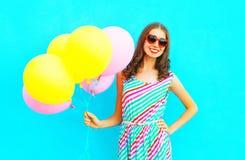 воздушные шары счастливой усмехаясь женщины и воздуха красочные имеют потеху Стоковая Фотография