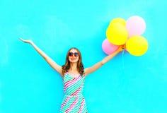 воздушные шары счастливой усмехаясь женщины и воздуха красочные имеют потеху Стоковая Фотография RF
