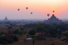 Воздушные шары через Bagan в восходе солнца Стоковая Фотография