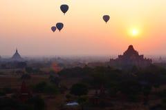 Воздушные шары через Bagan в восходе солнца Стоковые Изображения RF