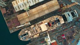 Воздушный верхней части взгляд вниз незаконченного корабля на верфи Стоковые Изображения RF