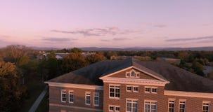 Воздушный взгляд захода солнца городских небоскребов города в Maryville, Теннесси, коллеже 4k США Maryville сток-видео