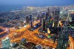 Воздушный взгляд ночи небоскребов всемирного торгового центра Дубай Стоковое Изображение RF