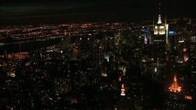 Воздушный взгляд ночи Эмпайра Стейта Билдинга объявления горизонта Nyc акции видеоматериалы