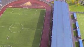 воздушный взгляд футбола поля Взгляд футбольного поля от неба новые футбольное поле и стадион сток-видео