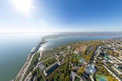 Воздушный взгляд электростанции воды с перекрестками и дорогами, гражданскими зданиями Стоковые Изображения