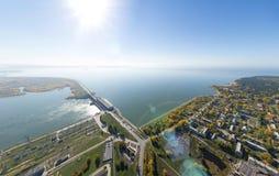 Воздушный взгляд электростанции воды с перекрестками и дорогами, гражданскими зданиями Стоковое Изображение RF