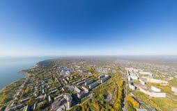 Воздушный взгляд электростанции воды с перекрестками и дорогами, гражданскими зданиями Стоковая Фотография