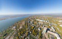 Воздушный взгляд электростанции воды с перекрестками и дорогами, гражданскими зданиями Стоковые Изображения RF