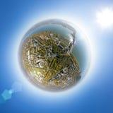 Воздушный взгляд электростанции воды с перекрестками и дорогами, гражданскими зданиями Стоковые Фото
