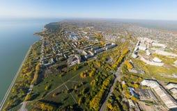 Воздушный взгляд электростанции воды с перекрестками и дорогами, гражданскими зданиями Стоковое Фото