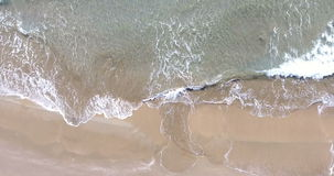 Воздушный вид с птичьего полета смотря вниз на море сток-видео