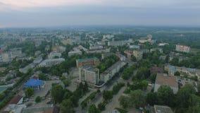 Воздушный восход солнца в центре  маленького города видеоматериал