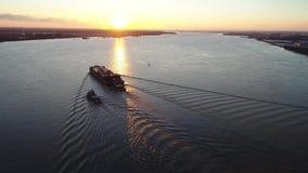 Воздушный отснятый видеоматериал буксира и баржи на Реке Delaware акции видеоматериалы