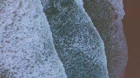 Воздушный отснятый видеоматериал волн на среднеземноморском пляже видеоматериал