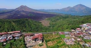 Воздушный отснятый видеоматериал вулкана Batur gunung Взгляд трутня дороги и вулкана видеоматериал