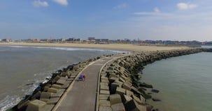 Воздушный отснятый видеоматериал каменной пристани кубов Береговая линия вида с воздуха в Гааге, Нидерландах видеоматериал