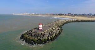 Воздушный отснятый видеоматериал маяка и береговой линии Вид с воздуха трутня берега пляжа в вертепе Haag акции видеоматериалы