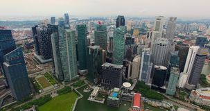 Воздушный отснятый видеоматериал небоскребов Сингапура с горизонтом города Видео трутня в 4K акции видеоматериалы