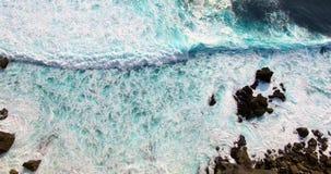Воздушный отснятый видеоматериал неимоверных океанских волн Взгляд трутня как волны разбивая на береге акции видеоматериалы