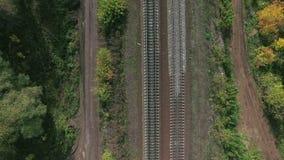Воздушный отснятый видеоматериал простираний железной дороги среди озер видеоматериал