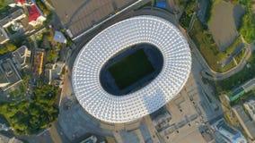 воздушный отснятый видеоматериал трутня 4k Муха над стадионом города поворачивает взгляд сверху видеоматериал
