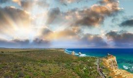 Воздушный панорамный взгляд 12 апостолов плавает вдоль побережья на большом ro океана Стоковая Фотография RF