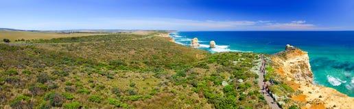 Воздушный панорамный взгляд 12 апостолов плавает вдоль побережья на большом ro океана Стоковые Фото