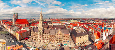 Воздушный панорамный взгляд старого городка, Мюнхена, Германии стоковые изображения
