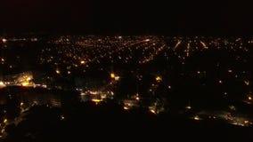 Воздушный полет над городом на ноче сток-видео