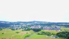 Воздушный полет над европейской деревней акции видеоматериалы