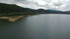 Воздушный полет над озером Bolboci в Румынии сток-видео