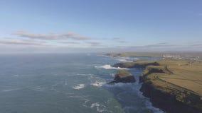 Воздушный полуостров головы петли в западной Кларе, Ирландии Графство Клара пляжа Kilkee, Ирландия Известный пляж и ландшафт на о видеоматериал
